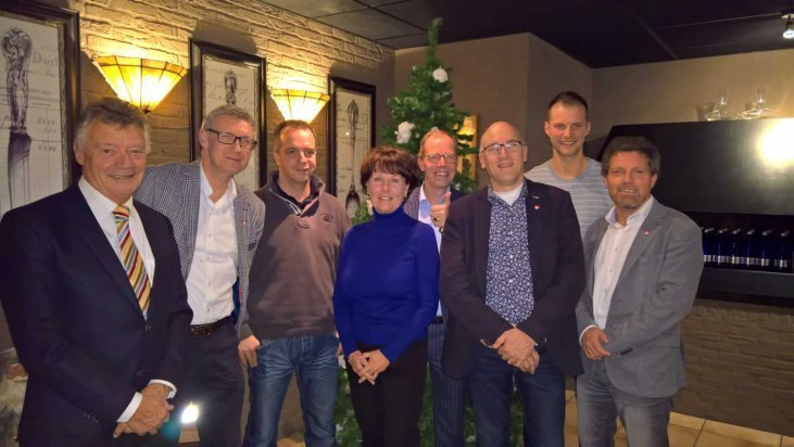Foto: Bram Huibers (links) met Stichting Nederland Reanimeert en aantal leden Rotaryclub Zuidplas