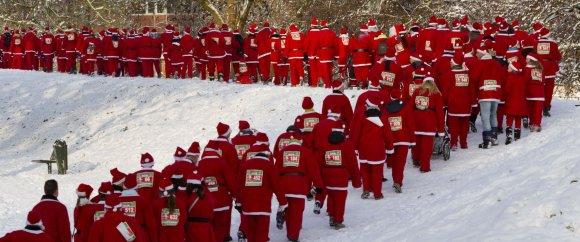 Santa's in de sneeuw