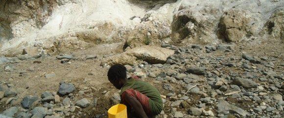 Water verzamelen door kinderen op weg naar school