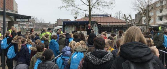Burgemeester Sicko Heldoorn spreekt de kinderen toe